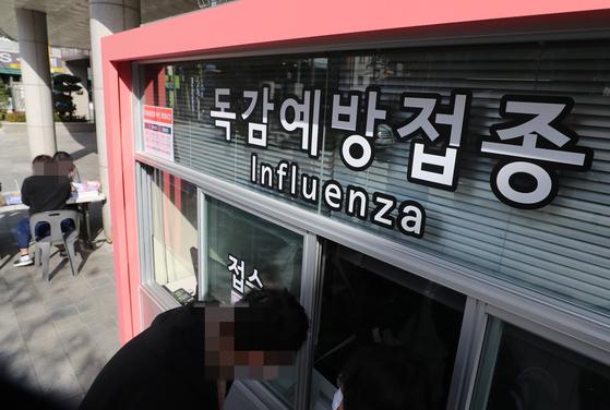 서울 시내 한 병원의 인플루엔자(독감) 백신 예방 접종 진료소 앞이 한산한 모습이다.연합뉴스