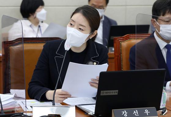 강선우 더불어민주당 의원이 지난 10월 서울 여의도 국회에서 열린 보건복지위원회의 한국사회보장정보원, 한국노인인력개발원 등에 대한 국정감사에서 질의를 하고 있다. 오종택 기자