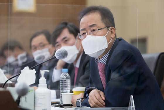 홍준표 무소속 의원이 지난 10월 8일 서울 용산구 합동참모본부에서 열린 국회 국방위원회 국정감사에서 질의하고 있다. 국회사진기자단