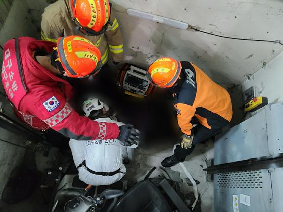 24일 오후 대구 중구 대구도시철도 2호선 청라언덕역 지하 3층 승강기에서 전동휠체어를 탄 남성이 승강기 문을 들이받고 추락해 숨졌다. 구조대원들이 구조 작업을 하고 있다. 사진 대구소방안전본부