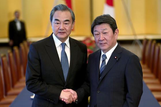 2019년 11월 일본을 방문한 왕이 중국 외교부장(왼쪽)이 모테기 도시미쓰 일본 외무상과 악수하고 있다. [AP=연합뉴스]