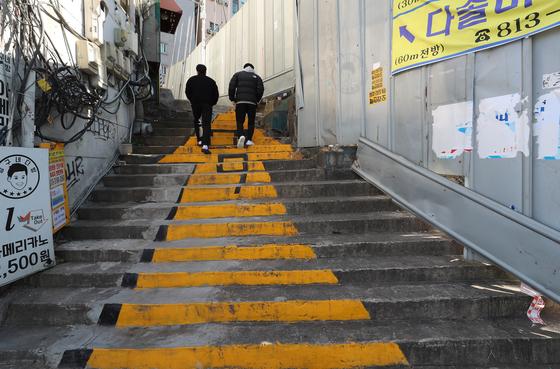 23일 오후 서울 동작구 노량진 학원가가 비교적 한산한 모습이다.   이날 노량진 임용고시 관련 누적 확진자는 81명으로 늘었다. 연합뉴스