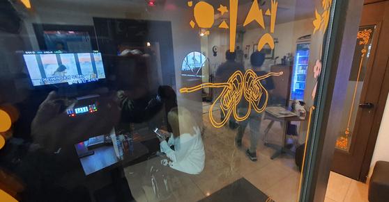경기도 김포시에 이어 의정부시도 지역 내 노래방 영업을 중단하기로 했다. 노래방과 관련된 신종 코로나바이러스 감염증(코로나19) 환자가 늘고 있어서다. 24일부터 적용된 수도권 사회적 거리두기 2단계보다 강화된 조치다. 사진은 영업 중인 한 노래방. 연합뉴스