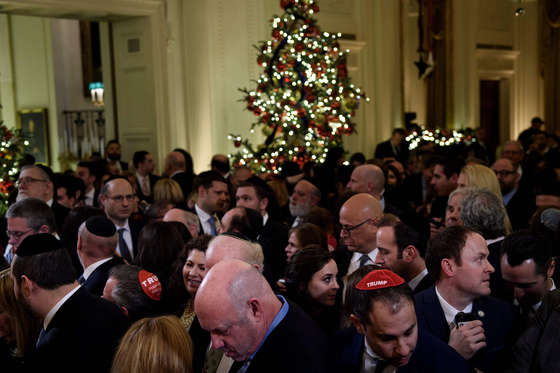 지난해 12월 11일 백악관에서 열린 유대교 축제 하누카 행사에서 참석자들이 트럼프 대통령을 기다리고 있다.[AFP=연합뉴스]