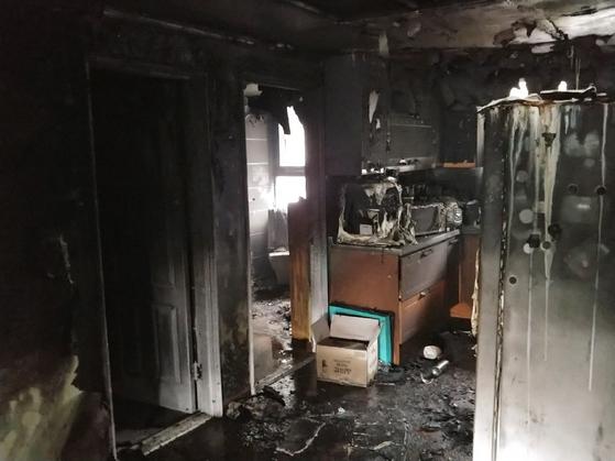 부산 금정구의 한 아파트에서 24일 오전 6시50분 화재가 발생해 1명이 숨지고, 24명이 연기를 흡입해 치료를 받고 있다. [사진 부산경찰청]