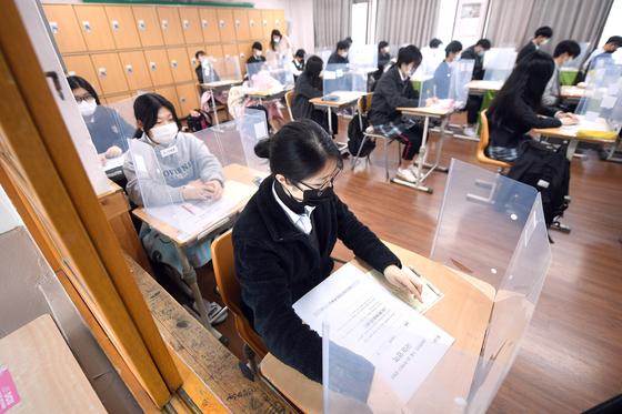 2021학년도 대학수학능력시험(12월 3일)을 앞두고 대구지역 고3 수험생들의 마지막 학력평가가 실시된 18일 오전 대구중앙고등학교 3학년 교실에서 수험생들이 시험에 집중하고 있다. 연합뉴스