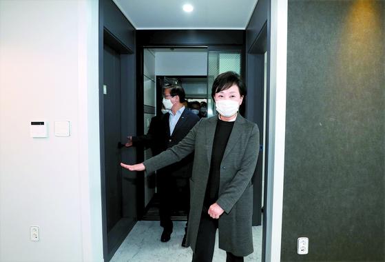 김현미 국토교통부 장관이 지난 11월 22일 은평구에 위치한 매입 임대주택을 방문해 내부를 둘러보고 있다. 연합뉴스