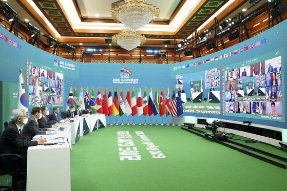 22일 저녁 청와대에서 화상으로 열린 주요 20개국(G20) 화상정상회의 모습. 화상회의장 바닥이 G20 의장국인 사우디아라비아를 상징하는 녹색으로 꾸며져 있다. [청와대사진기자단]