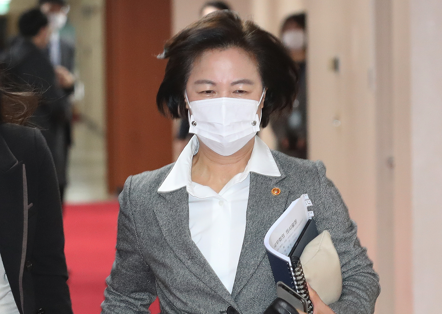 추미애 법무부장관이 24일 오전 서울 종로구 정부서울청사에서 열린 국무회의에 뒤늦게 참석하고 있다. 뉴스1