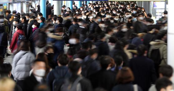 신종 코로나바이러스 감염증(코로나 19) 확산으로 수도권 지역에 사회적 거리두기 2단계를 적용한 24일 오전 신도림역에서 출근길 시민들이 마스크를 착용한 채 발걸음을 옮기고 있다. 뉴스1