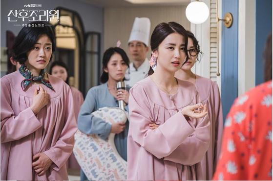 드라마 '산후조리원'에서 쌍둥이 출산 경험을 토대로 여왕벌이 된 사랑이 엄마(박하선). [사진 tvN]