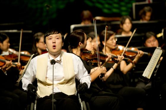 전신 마비 장애를 딛고 성악가로 활동하고 있는 이남현씨가 2014년 콘서트 에서 공연을 하고 있다. 전신 마비 장애인이 음대에 진학, 성악가로 활동하는 건 음악계에서 전례를 찾기 어렵다. [사진 이남현]