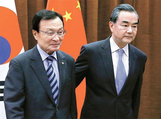 이해찬 중국 특사(왼쪽)가 2017년 5월 18일 베이징 외교부 청사에서 왕이 중국 외교부장을 만나고 있다. [AP=뉴시스]