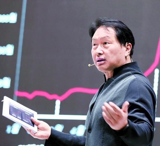 최태원 SK그룹 회장이 지난 10월 23일 제주 디아넥스 호텔에서 열린 '2020 CEO세미나'에서 기업가치를 제고해 나가자고 강조하고 있다. 사진 SK