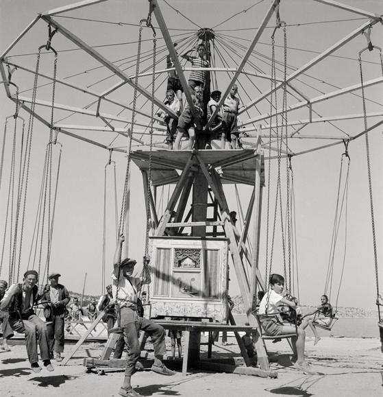 샬롯 페리앙의 사진 '크로아티아의 회전목마'. 1937 ⓒ Archives Charlotte Perriand