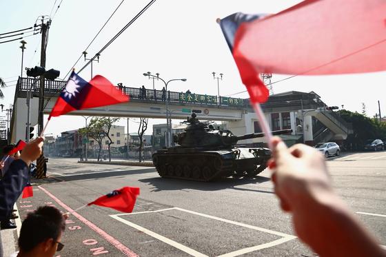 지난 3일 대만 중서부 타이중 시에서 진행한 군사훈련 중 M60 탱크가 지나가자 주민들이 청천백일기를 흔들고 있다. [로이터=연합뉴스]