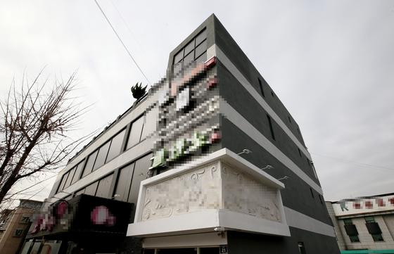 24일 오후 인천시 연수구 옥련동 한 건물에 유흥업소가 입점해 있다. 이 건물 지상 2층 업소에서 직원과 손님 등 20여명이 신종 코로나바이러스 감염증(코로나19) 확진 판정을 받았다. 연합뉴스