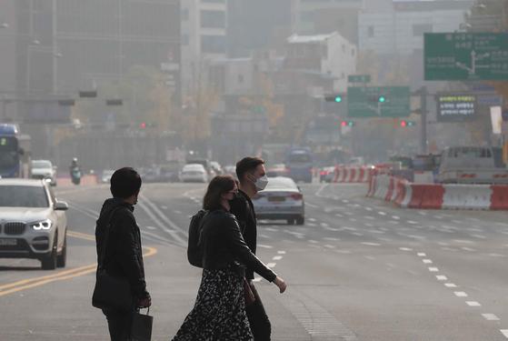 비만한 사람이 미세먼지 등 대기오염에 오래 노출될 경우 갑상선 호르몬이 떨어지고 나쁜 콜레스테롤이 빨리 증가한다는 연구 결과가 나왔다. 김상선 기자
