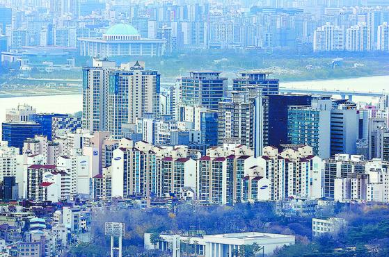 한국은행이 24일 발표한 소비자동향조사의 주택가격전망지수는 통계 작성 이후 최고였다. 사진은 이날 서울 시내 아파트의 모습. [연합뉴스]