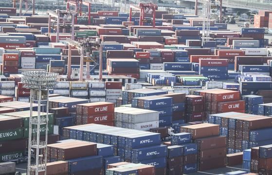 산업연구원은 우리나라 경제성장률을 3.2%로 예측했다. 다만 코로나19로 인한 경제 불확실성은 계속될 것이라고 전망했다. 지난 5일 부산항 신선대부두에 수출입 컨테이너가 가득 쌓여 있다. 연합뉴스