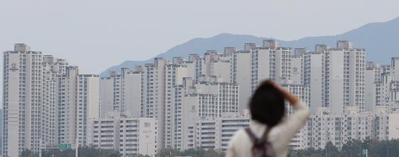 계속 오르는 시세 그래프 같은 아파트 모습. 서울 잠실한강공원 일대에서 바라봤다. [연합뉴스]
