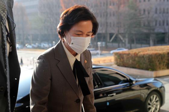추미애 법무부 장관이 25일 경기도 과천 법무부 청사로 출근하고 있다. 김상선 기자