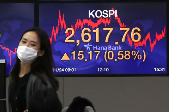 코스피가 이틀 연속 사상 최고가를 경신한 24일 오후 서울 중구 명동 하나은행 딜링룸 전광판에 코스피지수가 전일대비 15.17포인트(0.58%)상승한 2,617.76을 나타내고 있다.뉴스1