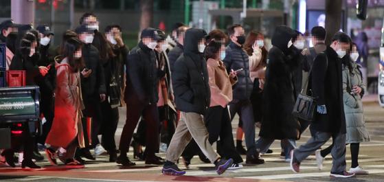 20일 오후 서울 세종로사거리에서 두꺼운 옷차림의 직장인들이 횡단보도를 건너고 있다. 연합뉴스