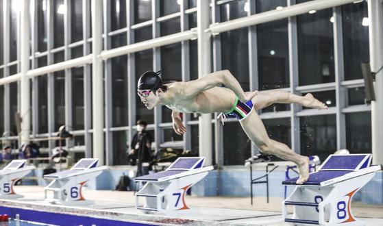 """황선우는 한국 남자 수영을 이끌 유망주다. 그는 '마이클 펠프스가 롤모델이다. 열심히 훈련해서 펠프스를 닮도록 노력하겠다""""고 다짐했다. 김경록 기자"""