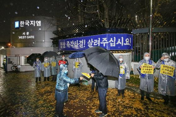 한국GM 협력업체 모임인 협신회가 지난 19일 인천 부평시 한국GM 서문에서 노사의 협력을 호소했다. [한국GM 협신회 제공]