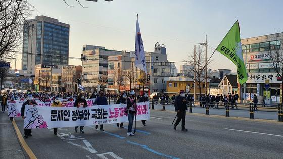 25일 오후 대전시 중구 용두동 더불어민주당 대전시당 앞 도로에서 열린 민주노총 대전본부 집회에서 참가 조합원들이 도로를 행진하고 있다. 신진호 기자