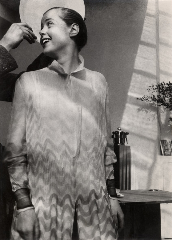샬롯 페리앙의 사진 '접시를 들고 있는 르 코르뷔지에의 손과 샬롯 페리앙'. 1928 ⓒ Archives Charlotte Perriand