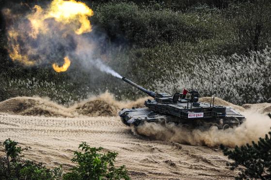 육군 7군단의 K2 흑표 전차가 이동하면서 포를 쏘고 있다. [사진 육군]