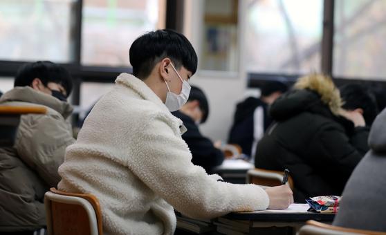 2021학년도 대학 수학능력시험을 9일 앞둔 24일 부산 구덕고등학교에서 고3 학생들이 공부하고 있다. 연합뉴스