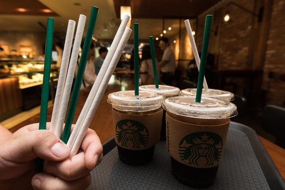스타벅스커피 코리아가 일회용 플라스틱 빨대를 대체할 종이 빨대를 선보이고 있다. 뉴스1