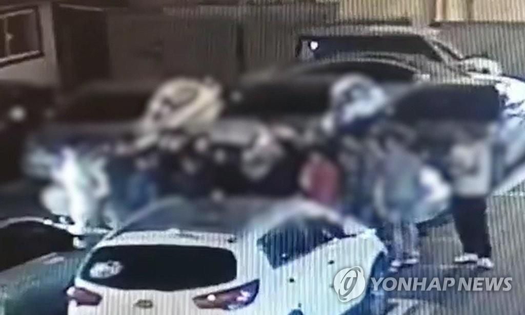 김해 집단 난투극 앞두고 집결한 외국인들. 사진 경남지방경찰청