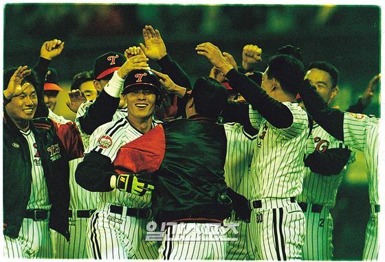 1994년 한국시리즈 우승 후 환호하는 LG 선수단. IS포토