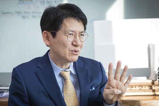강성부 KCGI 대표가 18일 오전 서울 여의도동 IFC빌딩에서 중앙일보와 인터뷰하고 있다. 장진영 기자