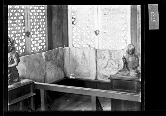 국립고궁박물관이 일제가 설립·운영했던 '이왕가박물관'에서 전시했던 유리건판 사진 16점을 25일 박물관 홈페이지에 공개했다.   이왕가박물관은 일제가 주도해 제실박물관이란 이름으로 1909년 창경궁 안에 개관했다.   사진은 팔부중상이 새겨진 석탑 기단부 면석을 찍은 유리건판 사진. [사진 국립고궁박물관]