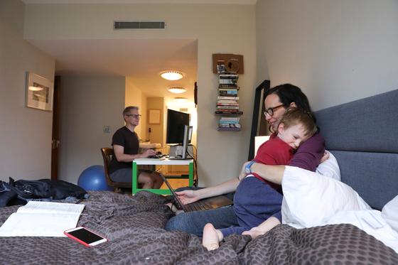 지난 3월 미국 뉴욕에서 코로나19가 급속도로 퍼지면서 뉴욕에 거주하는 한 부부가 재택근무를 하고 있다. [로이터=연합뉴스]