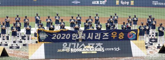 '2020 신한은행 SOL KBO리그' 포스트시즌 한국시리즈 6차전 두산과 NC의 경기가 24일 오후 서울 고척 스카이돔에서 펼쳐졌다. NC가 4-2로 6차전을 승리하여 우승을 차지 했다. 식상식에서 NC 선수들이 '덕분에' 세리머니 하고있다. 고척=정시종 기자