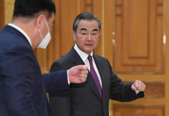 왕이(王毅) 중국 외교담당 국무위원 겸 외교부장이 26일 오후 청와대에서 싱하이밍 주한중국대사에게 문재인 대통령을 예방에 앞서 인사하는 방법을 물어보고 있다. 청와대사진기자단