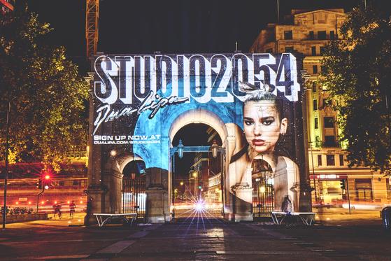 27일(현지시간) 가상현실을 접목한 두아 리파의 온라인 콘서트 '스튜디오 2054'를 알리는 광고. 따로 전광판을 설치하는 대신 실제 건물에 투사하는 방식으로 꾸몄다. [사진 워너뮤직 코리아]