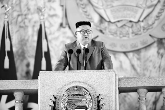 김정은 북한 국무위원장이 지난 10일 열병식에 참석해 연설을 하고 있다. 뉴스1