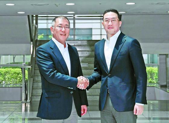 정의선 현대차그룹 회장이 지난 6월 22일 충북 오창 LG화학 전기차 배터리 공장을 찾아 구광모 (주)LG 대표와 악수하고 있다. 사진 현대차그룹