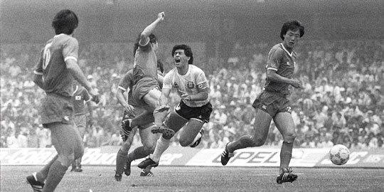 1986년 멕시코 월드컵 한국-아르헨티나전에서 허정무와 충돌한 마라도나(오른쪽 둘째). [중앙포토]