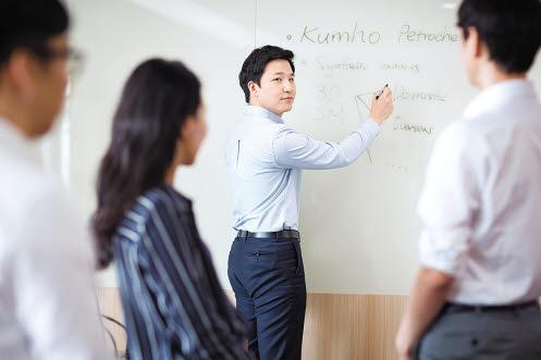 금호석유화학그룹은 직무 전문성을 높이는 체계적인 교육제도를 운영하고 인재가 바르게 성장하며 소통하는 조직문화를 만들어가고 있다. [사진 금호석유화학그룹]