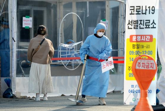 신종 코로나바이러스 감염증(코로나19) 확진자가 8개월 만에 583명 최다 발생해 초비상이 걸린 26일 대전의 한 보건소 코로나19 선별진료소에서 의료진들이 방문한 시민들을 검사한 뒤 주변을 소독하고 있다. 프리랜서 김성태