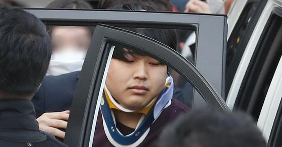 '박사방' 운영자 조주빈(25)이 서울 종로구 종로경찰서 유치장에서 나와 검찰로 송치되고 있다. 중앙포토