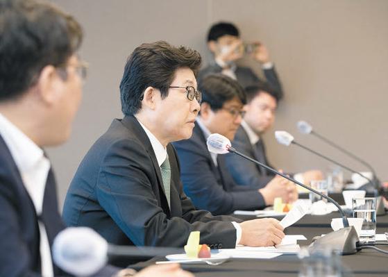 조명래 환경부 장관(왼쪽 둘째)이 지난 5월 진행된 녹색산업 옴부즈만에서 산업체 관계자들과 인력 양성을 포함한 녹색산업 육성 방안에 관해 논의하고 있다. [사진 환경부]